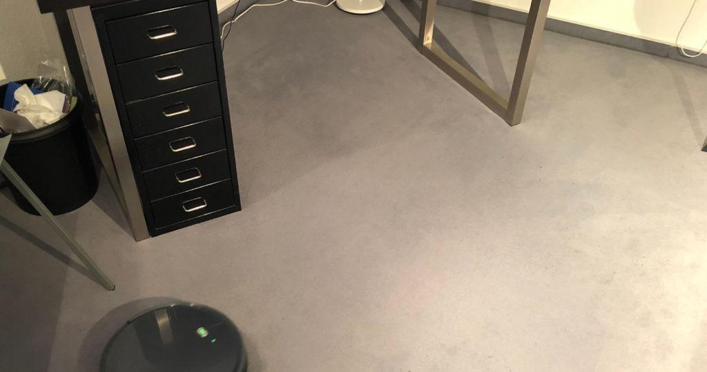 Gereinigter Bereich unter dem Tisch von X500 Saugroboter